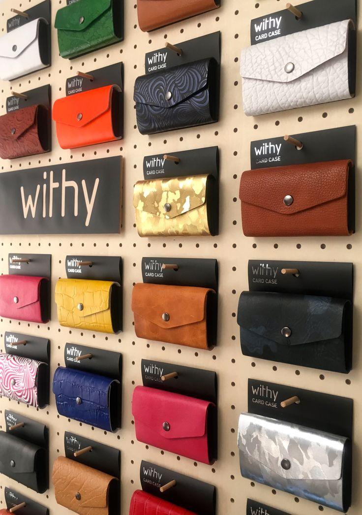 いろいろな革との出会いを楽しむ!   withy は、ひとつの形でも、革が変われば印象がガラリと変わります。 いろいろな革が、あなたのライフスタイルの様々なシーンを彩ります。
