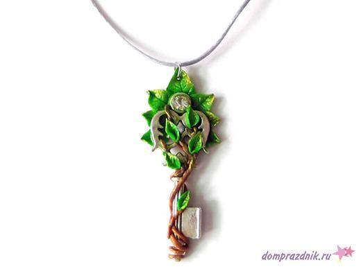 Подарок своими руками из полимерной глины: Кулон «Ключ в листьях»
