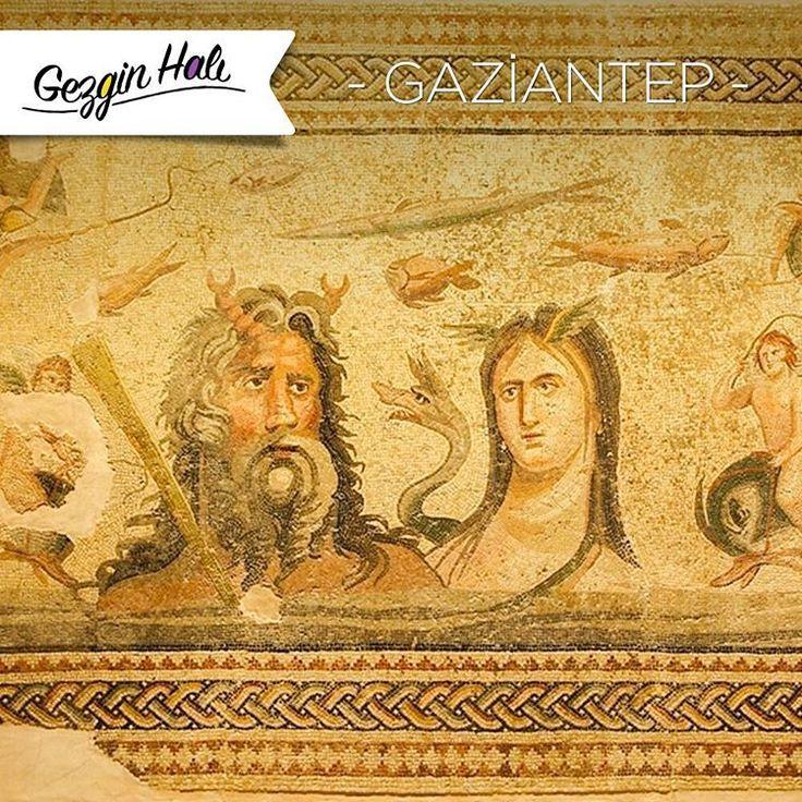 ZeugmaAntik Kenti, binlerce yıl öncesinden günümüze ulaşan, kimi bir havuzun zemini üzerinde, kimi yemek salonu duvarında, kimi ise odaların tabanında bulunan mitolojik Yunan Tanrılarını betimleyen eşsiz mozaiklerin ana vatanıdır.Güneydoğu Anadolu'nun tarihi güzelliklerine değinmişken, Atlas Halı Mozaik Serisi MozaikVizon'abakmadan geçmeyin deriz. #mozaik #gezi #gezgin #atlashali #atlasnanohali #dekor #dekorasyon #mimari #yolculuk #tasarim #seyahat #gezginhali #ictasarim