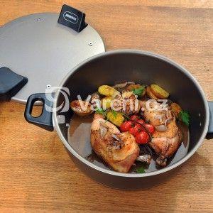 Fotografie receptu: Kuřecí stehna pečená v remosce s mini brambůrkami, cherry rajčaty a česnekem