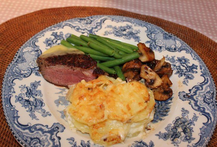 Fløtegratinerte poteter med kremet konsistensog et gyllen lag ost på toppen er nydelig. Det passer til det meste!  Vi hadde dette til mid...