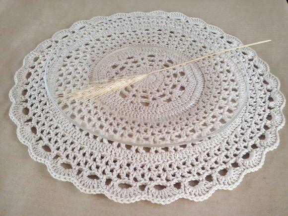 Este lindo descanso de prato feito em crochê demarca lugares na mesa de maneira sutil e encantadora.