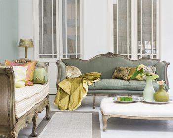 Brocante woonkamer  In een brocante woonkamer vind je meubels die al een heel leven achter de rug hebben. Een deukje? Geeft niets! Afbladderende verf? Mooi juist! Daarom is de sfeer in een brocante woonkamer zo warm: hier wordt gewoond, gelééfd, en dat mag best gezien worden!
