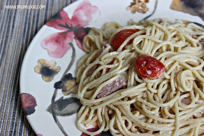 espaguetis en salsa blanca con jamón y tomates