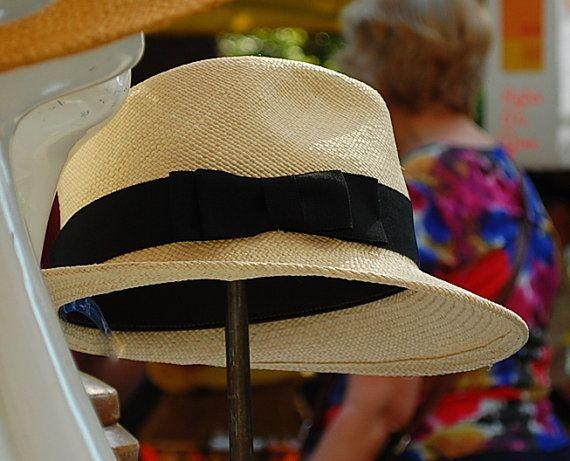 Onze Fedora hoed collectie voor mannen en vrouwen functies veelzijdige stijlen en vele kleuren om uit te kiezen. Deze klassieke natuurlijke panama fedora is geaccentueerd met een zwarte grosgrain lint. Wat een fantastische en leuke aanvulling op elke kledingkast.  Deze hoed is handgemaakt beginnen met grondstoffen. Ik blokkeren (vorm) de hoed materialen over houten mallen om de shape. Ik dan zorgvuldig hand steek de zweetband en draad in de hoed. Alle toeters en bellen zijn dan genaaid op de…