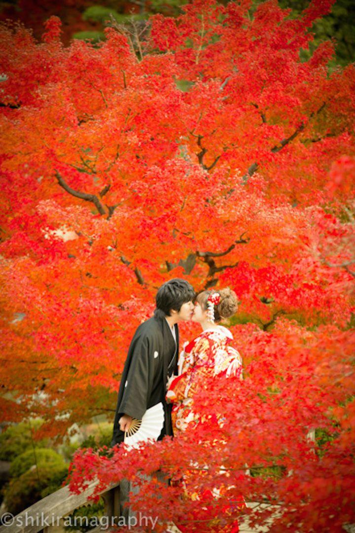 恥ずかしいポーズでも、ロケーションフォトなら! 紅葉の葉に囲まれるととても自然に見えて、かつとてもロマンチックなワンシーンに