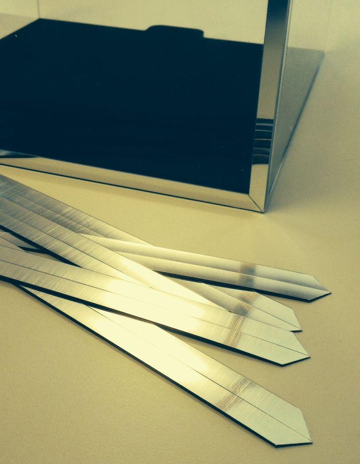 Proflli adesivi argento lucido a specchio pronti per applicazione su espositore http://www.grafadhesive.it/rivestimenti-adesivi-decorkrome/