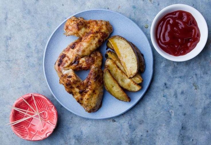 A csirkeszárny megosztó étel - van, aki a csontossága, bőre miatt nem szereti, mások viszont jól tudják, hogy a csont melletti hús a legízletesebb. Ez a fűszeres, mázas, rém egyszerű recept mindenkit meggyőz...