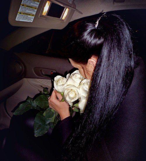 Фото брюнетки спиной в машине
