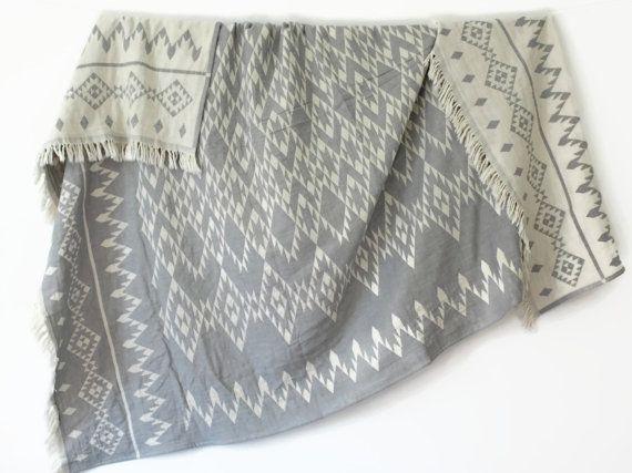 VENTA suroeste manta | Manta de Navajo | Gris blanco tiro geométrica | Manta de Picnic Azteca | Tiro del sofá orgánico | Regalo de estudiante de Colegio   ➳ 100% de algodón orgánico ➳ Tamaño aprox.: -130 x 170 cm | 51 x 67 (+-5%) -90 x 160 cm | 36 x 63 Alta calidad ➳ ➳ Dobby tejido, tejido a mano ➳ Peso: 610 gr (1,34 lb) - tamaño grande 390 gr. (0,86 libras) - tamaño más pequeño  Disponible en ✔Burgundy y ✔Black ✔Light gris   Imprescindible de moda y con estilo MANTA de algodón orgánico de…