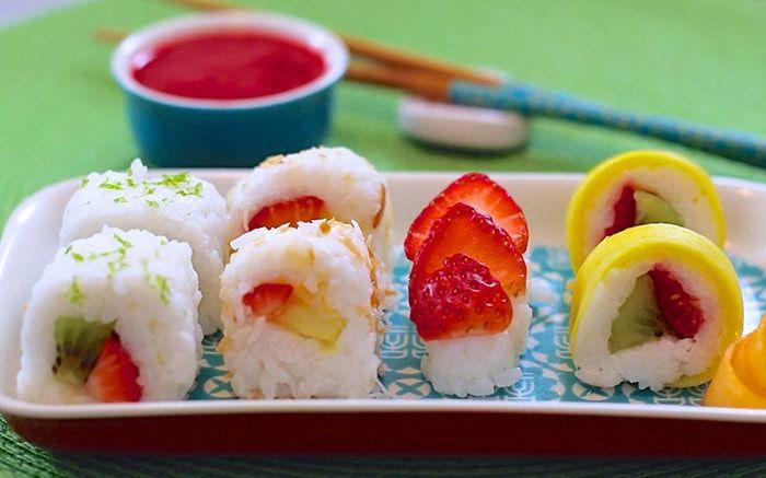 Sushi de Frutas: no esta demás decir que este delicioso sushi consta sólo de ingredientes de origen vegetal, además que lleva una deliciosa combinación de arroz dulce con leche de coco, frutas y esencia de vainilla. Como plus además tenemos un tip para hacer nigiris con fruta utilizando el arroz que nos sobre.