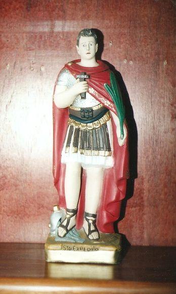 """Imagem de Stº Expedito, """"o santo das causas impossíveis"""", pintura clássica envelhecida, em gesso com 40 cm de altura.  Comprando esta imagem o frete é por nossa conta. FRETE PAC. R$ 134,00"""