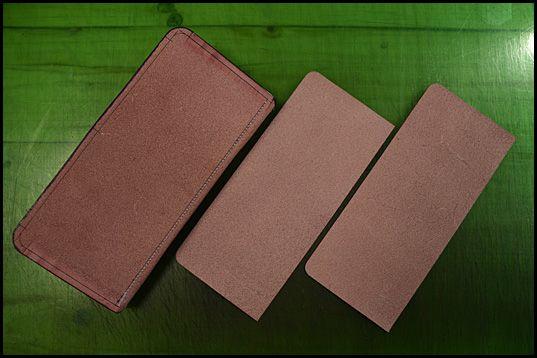 ファスナーの生地の厚みよりほんの少し厚めに漉いた革を芯材として胴版の裏に接着します。