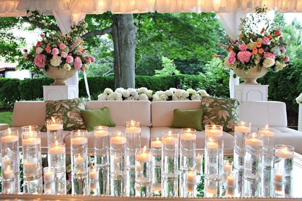Centro de mesa en evento lounge decorado con solo velas flotantes.