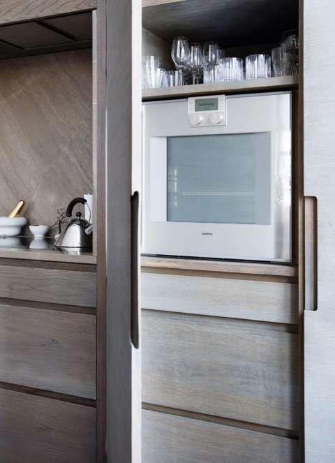 PLASSUTNYTTELSE: På en åpen hylle over ovnen, står glass som ofte er i bruk. Hver millimeter er utnyttet. Styling: Tone Kroken.