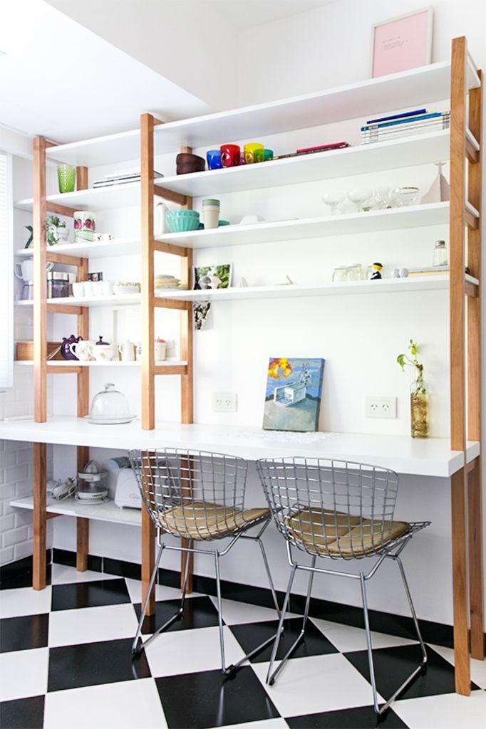 Cocina con piso tipo damero mueble de guardado y comedor for Sillas de cocina blancas