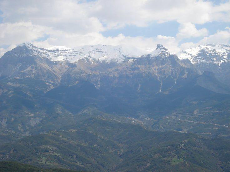 Τα Τζουμέρκα χιονισμένα. Υψηλότερη κορυφή η Κακαρδίτσα με υψόμετρο 2.429. Tzoumerka mountains on Pindus mountain range in northern Greece.