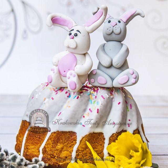 10BC Babka wielkanocna z lukrem i posypką, udekorowana zajączkami z masy cukrowej.