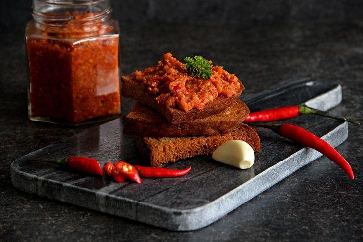 Bůček, papriky, cibuli, rajčata a celer nakrájejte na menší kusy. Vše, včetně česneku a chilli papriček umelte na masovém mlýnku rovnou do...