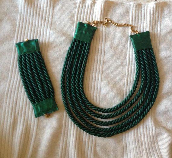 Collana e bracciale verde bottiglia.Disponibilità di MbAccessorize, €15.00