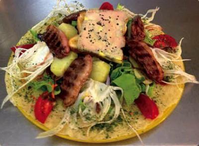 César - Salade, tomates, oeuf dur, lamelles de poulet grillé, parmesan sauce césar / Green salad, tomatoes, hard-boiled egg, sliced grilled chicken, parmesan cheese, caesar sauce 15 €