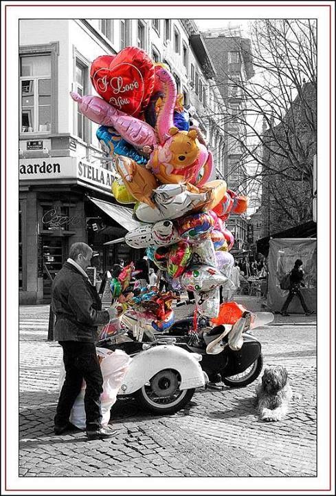 Personnage populaire dans les rues de Liège, Phil-O-Pat, l'homme aux ballons, est connu dans le Carré depuis 25 ans. Il l'est aussi dans les braderies et les foires artisanales de toute la région pour son bagout, sa moustache à la mousquetaire et son side-car dans lequel l'accompagne sa chienne Naya. Théophile Horion a vu le jour à Waremme en 1951, mais devint très vite liégeois de coeur.