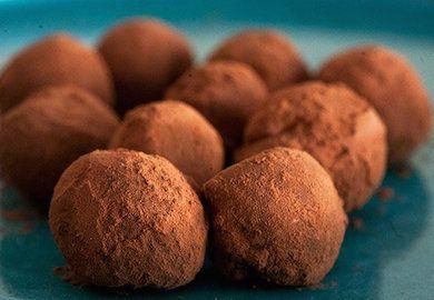 Çikolatalı Trüf Tarifi pratik bir atıştırmalık. Özellikle kahvenin yanında ağzıda eriyip gidiyor. Resimli tarifi ve malzemeleri şöyle;