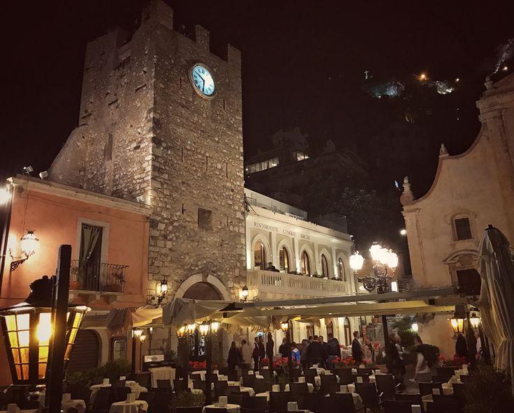 Praça central de Taormina à noite