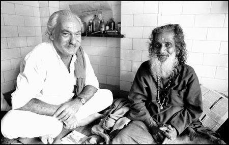 """Finirai per trovarla la Via... se prima hai il coraggio di perderti"""" concluse, citando un poeta urdu. Dovevo molto al Vecchio. Mi aveva indicato la direzione del viaggio di ritorno. Soprattutto mi aveva fatto capire che non dovevo dipendere da nessuna idea altrui, da nessun guru, tanto meno da lui, e che di ogni cosa dovevo fare io direttamente, sulla mia pelle, l'esperienza. Dovevo io mettermi in ascolto della Voce, non farmela riferire da altri. TERZANI"""