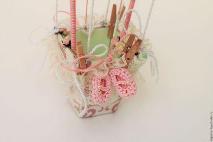 Купить или заказать Детская открытка с пакетом 'Воздушный шар2' (подарок, для денег) в интернет-магазине на Ярмарке Мастеров. Детская объемная открытка-компоиция Воздушный шар полностью выполнена вручную. Корзинка обтянута хлопковой тканью, вручную сшита. Шар также обтянут тканью. Изделие украшено деревянными вырубками, пинетками ручной работы, соской, множеством маленьких элементов. Внутри корзинки могут быть Ваши поздравления с днем рождения в виде свитков или денежный подарок.