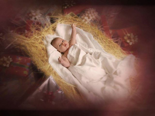 Segno piccolo e fragile, umile e silenzioso,  ma ricco della potenza di Dio,  che per amore si è fatto uomo.  Signore Gesù, con i pastori  noi ci accostiamo al tuo presepe per contemplarti avvolto in fasce e giacente nella mangiatoia. O Bambino di Betlemme, Ti adoriamo in silenzio con Maria, tua Madre sempre Vergine. A Te la gloria e la lode nei secoli, divin Salvatore del mondo! Amen.
