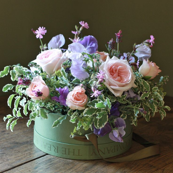 The Real Flower Company Scented Summer Hat Box Arrangement is a glorious and cheerful arrangement filled with perfumed roses, English sweet peas mixed with thyme, campion and limey alchemilla. The flowers simply need topping up with water, no need to rearrange the flowers, and the hat box makes a wonderful keepsake once the flowers have faded.