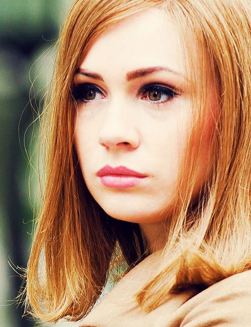 Karen Gillan as Jean Shrimpton in We'll Take Manhattan -- love the heavy winged eyeliner and pink lips.