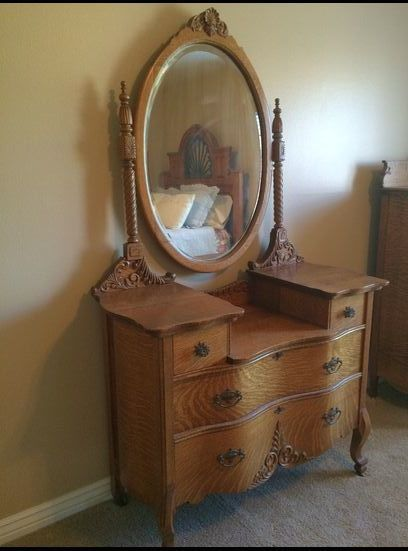 Beautiful Tiger Oak Dresser With Mirror
