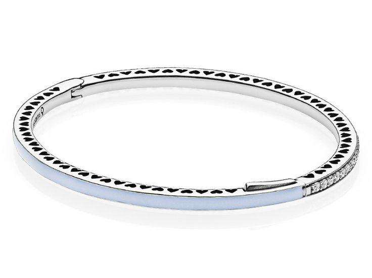 Pandora Bangle Blue Radiant Hearts of Pandora 17,5 cm 590537EN131-2. Prachtige armband die in de rand voor de helft is voorzien van emaille in een blauwe kleur. De andere helft is voorzien van heldere witte zirkonia's. De zilveren zijranden hebben hartjes die om en om uit het zilver zijn gestoken. Een mooie en chique armband. https://www.timefortrends.nl/sieraden/pandora/bangles.html