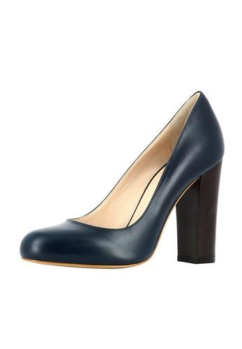 Klasse und Stil zeigen mit dem neuen Damenpumps aus italienischer Manufaktur von EVITA. Edel schimmerndes Leder, eine robuste wie elegante Silhouette und ein bequemer Blockabsatz machen aus dem Modell den idealen Begleiter zu Kostüm, Anzug und Co für überzeugende Auftritte. EVITA - Leidenschaft für italienische Schuhe
