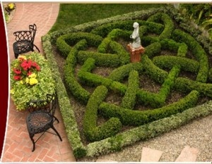 Knot garden love. Is that a little otter sculpture? awww