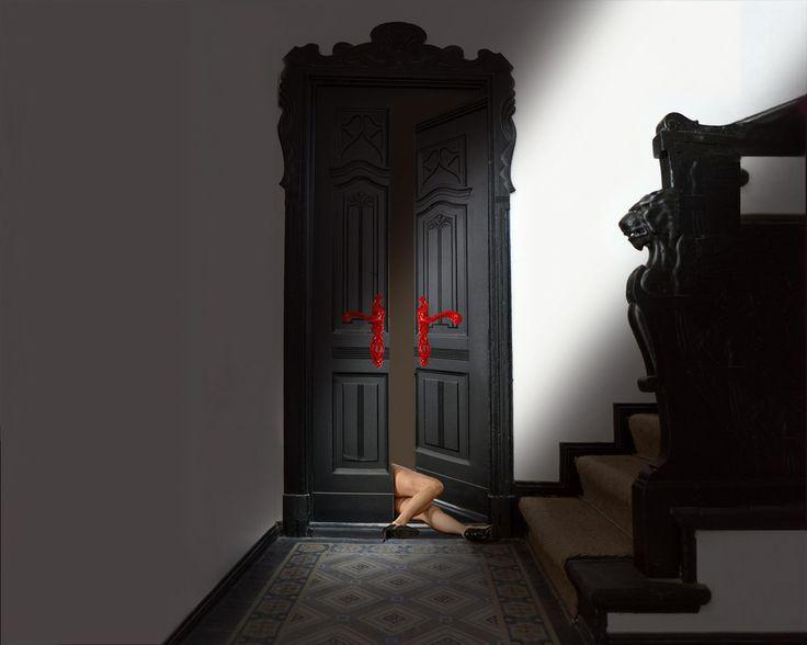 """Opera """"Le storie della maniglia"""" ispirata alla collezione Rococo' Pop di Enrico Cassina Manufactured by Officine Meccaniche Porro. Di Tea Giobbio. """"Storie della porta  attraverso una porta passano tante persone,ognuno con la propria storia.  Se potesse parlare la porta potrebbe raccontare tante storie, molte  davvero incredibili..  Come quella volta che un signora cadde per terra ,con le gambe  attraverso la porta..."""""""