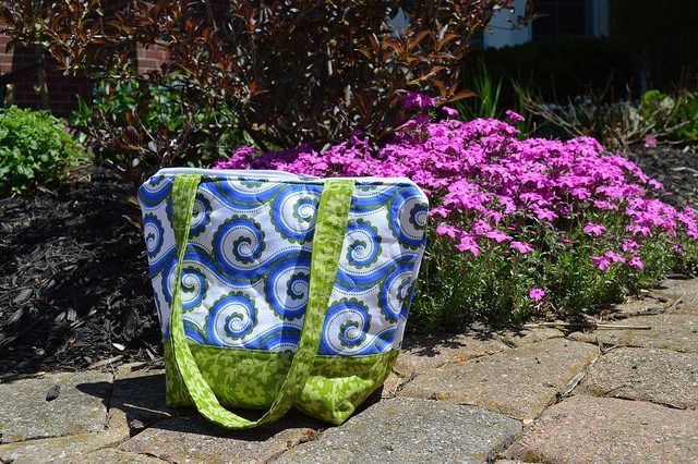 Good Tute for a quick zip bag  fabricsandflowers.blogspot.com by ColorGirlQuilts, via Flickr
