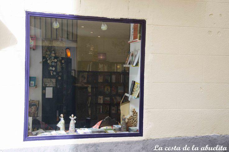 Escaparate de la librería Mujeres & Cía. Madrid. www.lacestadelaabuelita.com