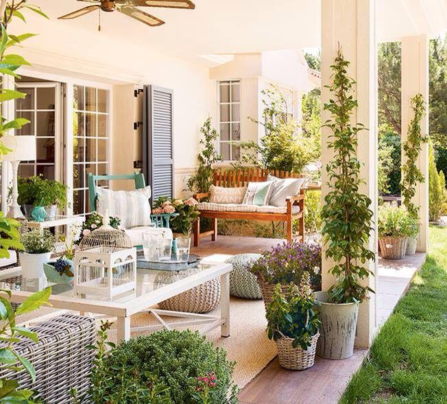 Una terraza con muchos detalles