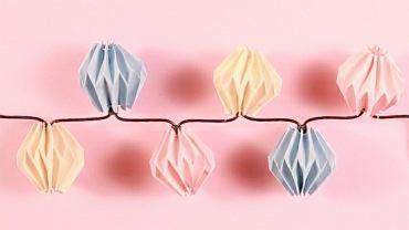 Papierowe lampiony są bardzo proste w wykonaniu. Efekt? Wgniata w ziemię