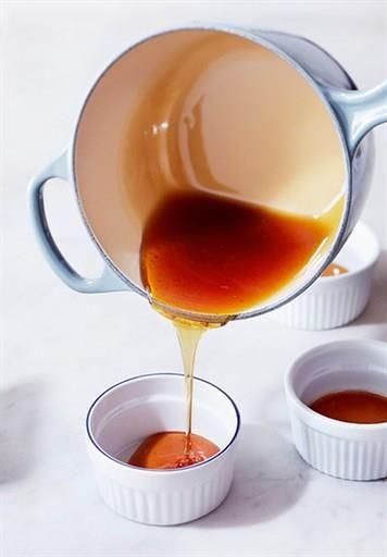 caramel au micro-onde imbrûlable, inrattable : Dans un bol, on mélange 100g de sucre en poudre et deux cuillères à soupe d'eau que l'on cuit  4 minutes à pleine puissance et le tour est joué !
