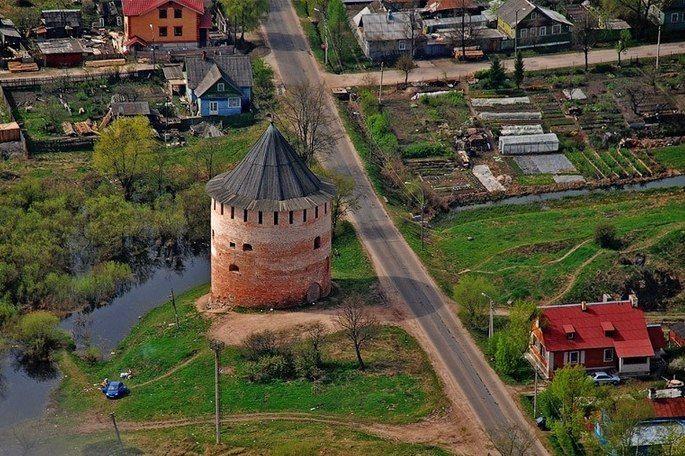 Белая Башня - кусочек славной новгородской старины!  Единственная сохранившаяся каменная башня Окольного города Великого Новгорода. Возведена в XVI веке для обороны города с юга. Свое название получила по имени деревянной церкви Алексея человека Божия. Башня круглая в плане, наружный диаметр составляет 17 метров, а внутренний — 8,2—8,4 м, толщина стен в первом ярусе 4,5 м. Нижние части стен сложены из булыжника и облицованы кирпичом. Внутри имеется три яруса, которые сообщаются лестницами…
