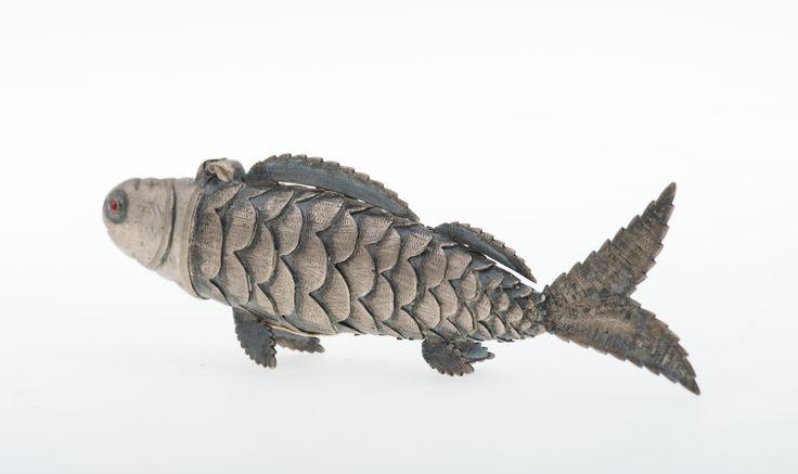#Balsaminka srebrna. Pełnoplastyczna ryba z ogonem, złożona z siedemnastu ruchomych, ząbkowanych członów z wygrawerowanymi łuskami. Oczy wypełnione rubinowym szkiełkiem.  #PMA #Muzeum #Museum #hadas #besamim #psumbyks #szmekier #judaica #polin