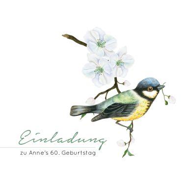 Klassisch-quadratische Einladungskarte zum Geburtstag in modernem Look mit kleiner Kohlmeise auf Blütenzweig als Frühlingsboten