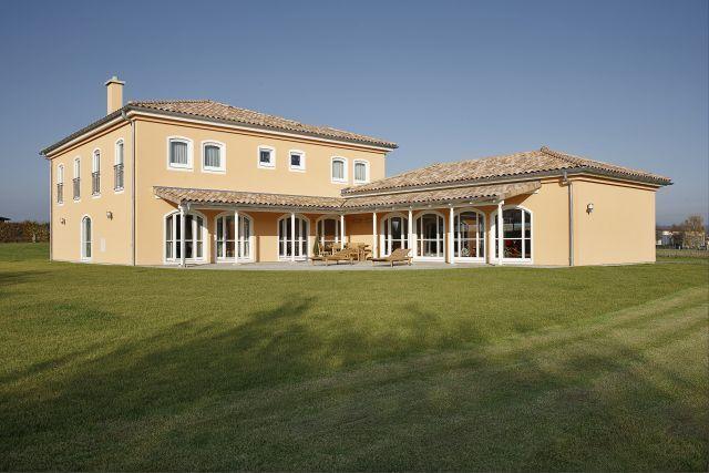 Diese Villa im toskanischen Stil ist bis ins Detail ein Original. Tonziegel aus der Toskana sorgen für eine authentische Optik, der apricotfarbene Putz lässt das langgestreckte Gebäude regelrecht leuchten und Säulengänge unter den großen Dachüberständen sorgen für Komfort und fantastische Nutzungsmöglichkeiten bei jedem Wetter. 307,00 m² Gesamtwohnfläche