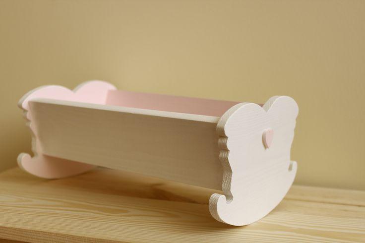 Drewniana kołyska dla lalek