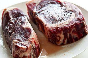 Para conseguir un trozo crocante de carne prueba estos pasos: sal, lavar, secar y ponerlo en la sartén a fuego fuerte.   23 Consejos sencillos que harán que tu comida tenga mejor sabor