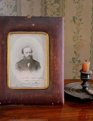 Vierailulla Dostojevskin olohuoneessa. Mikko Brigatjev.